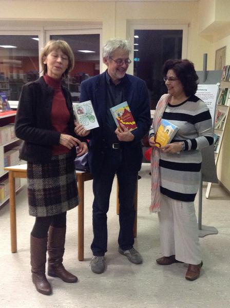 Quaisra Sharaz spendet drei ihrer Romane der Stadtbibliothek